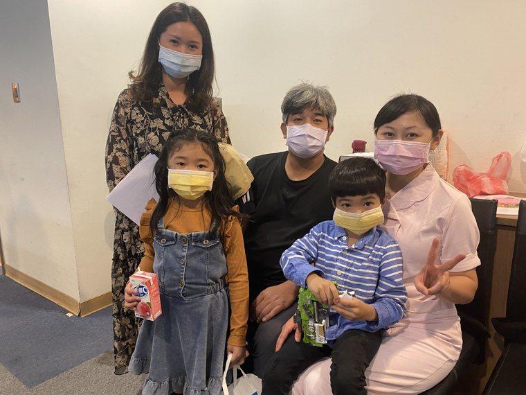 罹患罕病「嚴重複合型免疫缺乏症」的安安(前排右)在家人與成大醫院造血幹細胞移植團...