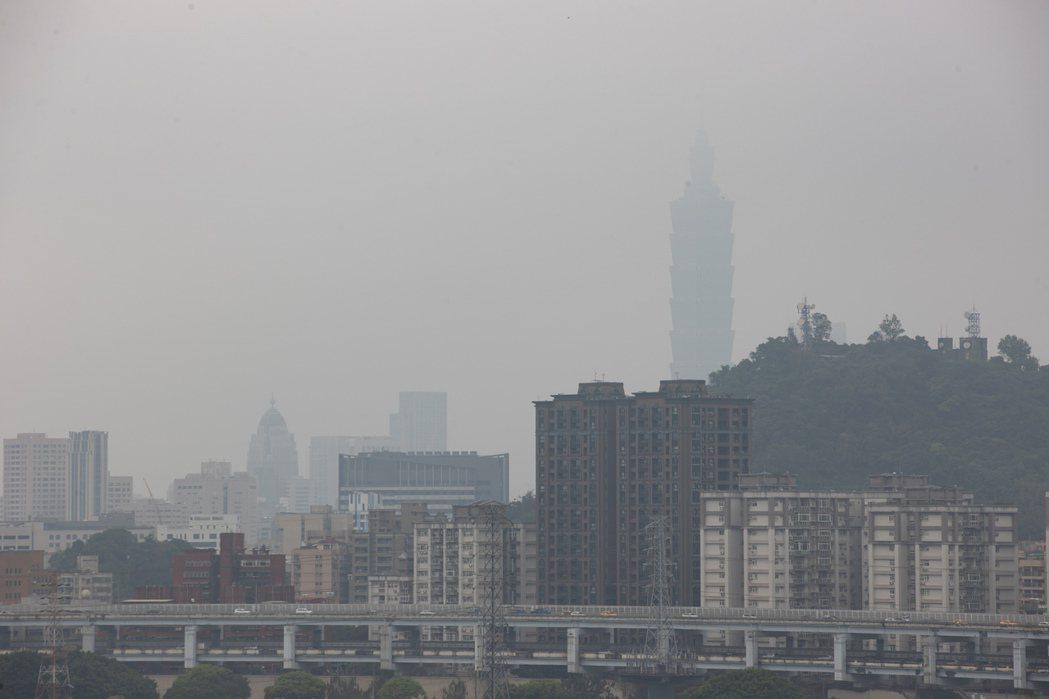 大氣雖漸回暖、但雲量偏多,氣溫回升幅度不大,各地白天舒適、早晚稍涼。中南部易有霧...