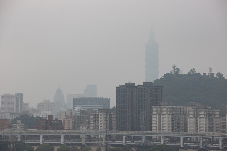 最近空氣品質頻繁拉警報,面對空汙這個無所不在的「恐怖份子」有何對策? 本報資料照...