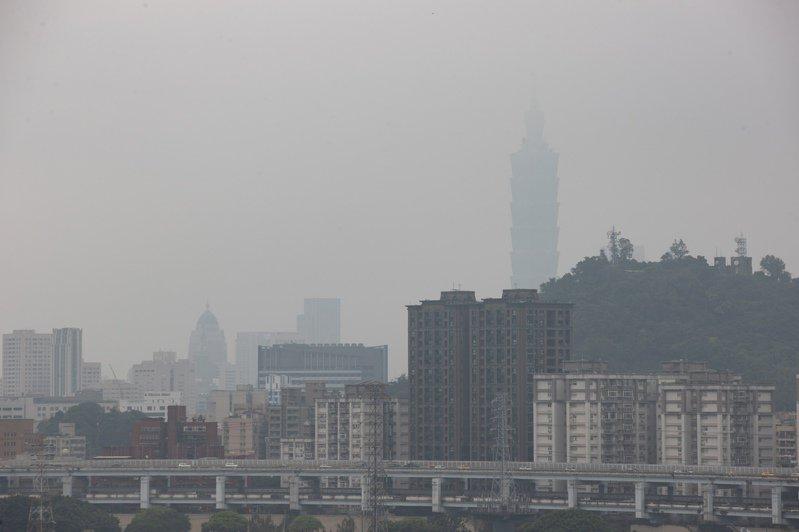 大氣雖漸回暖、但雲量偏多,氣溫回升幅度不大,各地白天舒適、早晚稍涼。中南部易有霧及空汙,金馬也容易起霧。本報資料照片