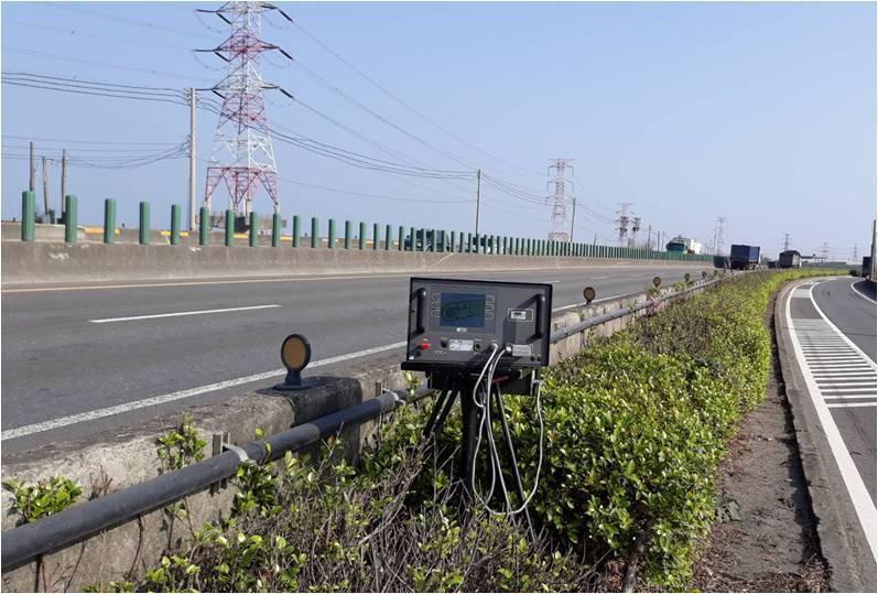 台61西濱快速道路彰化路段仍無固定桿測速器,只仰賴極少數路段以三腳架測速器機動取...