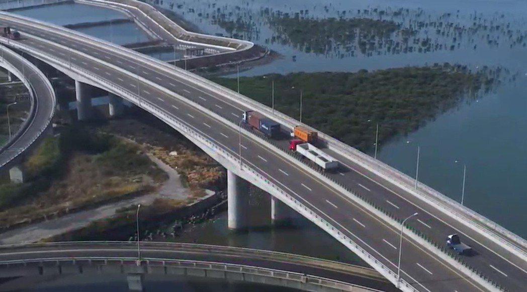 台61西濱快速道路沿線經過多個重要工業區、港口,大型車輛往來通行頻繁,加上路面起...