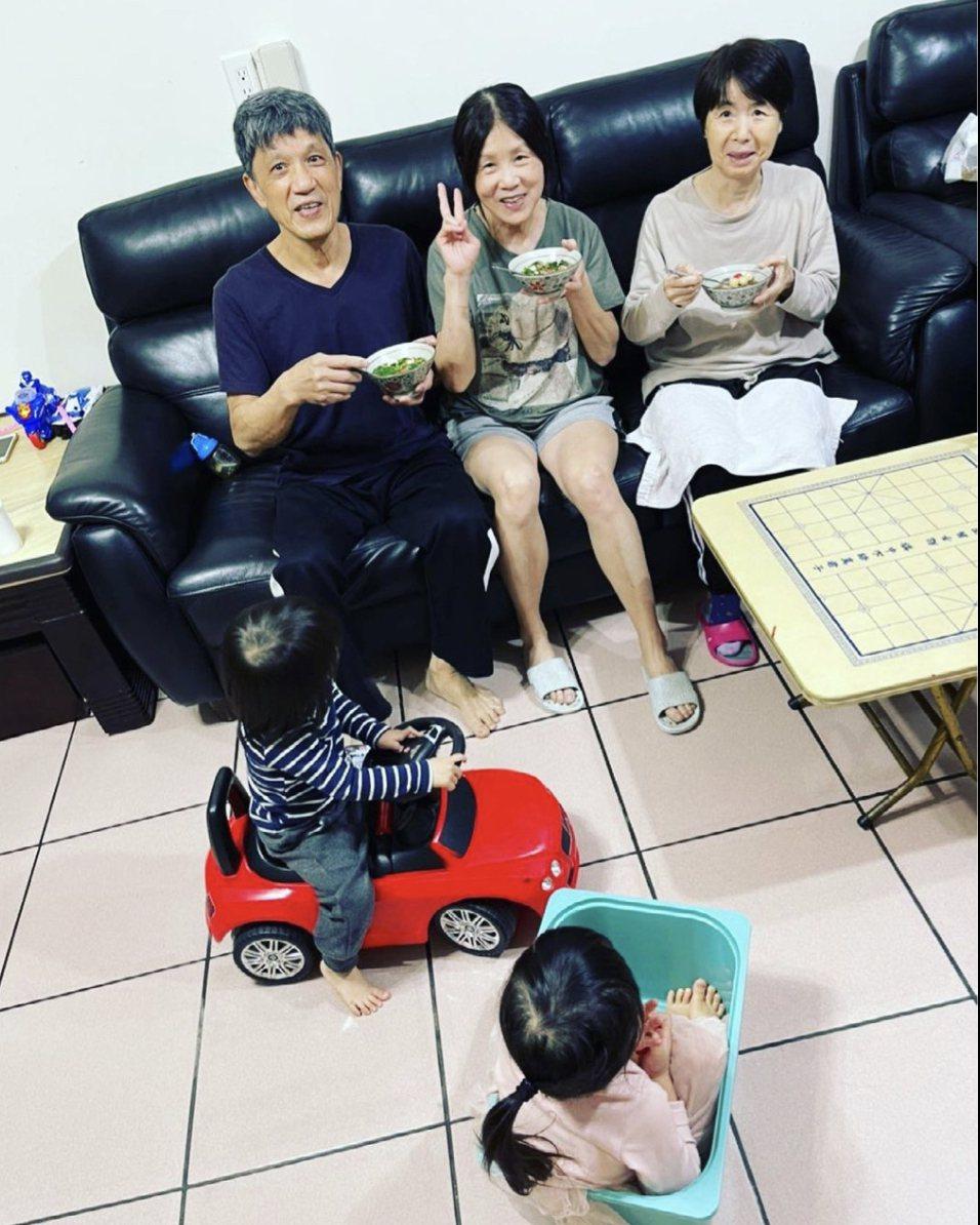 江宏傑的IG上最新的照片是父母與福原愛的媽媽(右)元宵節在一起吃湯圓。圖/取自I