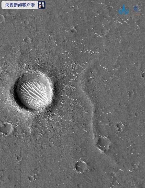 大陸國家航天局發佈天問一號探測器拍攝到的高清火星黑白影像。(新華社)