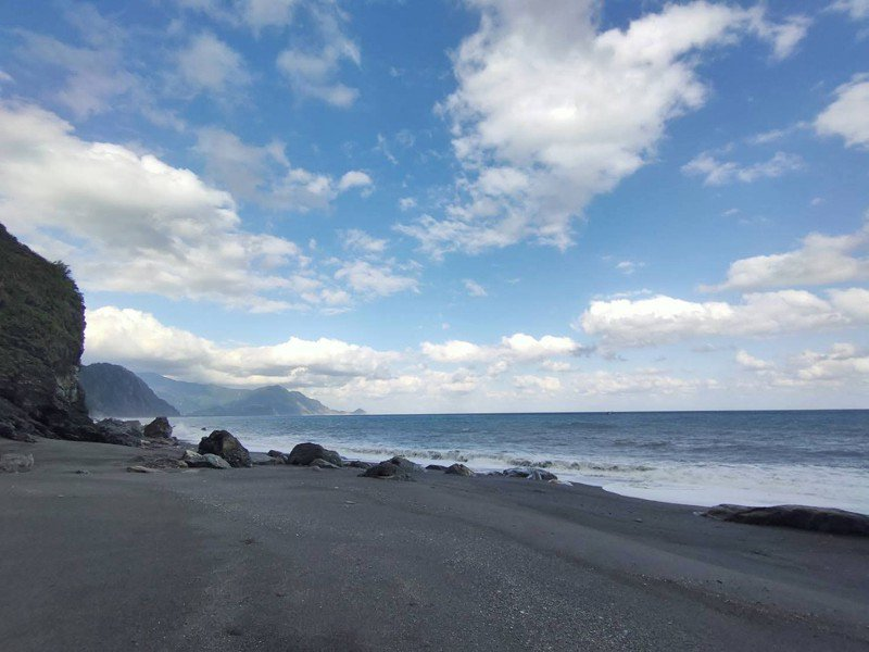 宜蘭縣「南澳神秘沙灘」美景天然,在禁止兩年半後,終於宣布可以開放水域活動了。圖/讀者提供