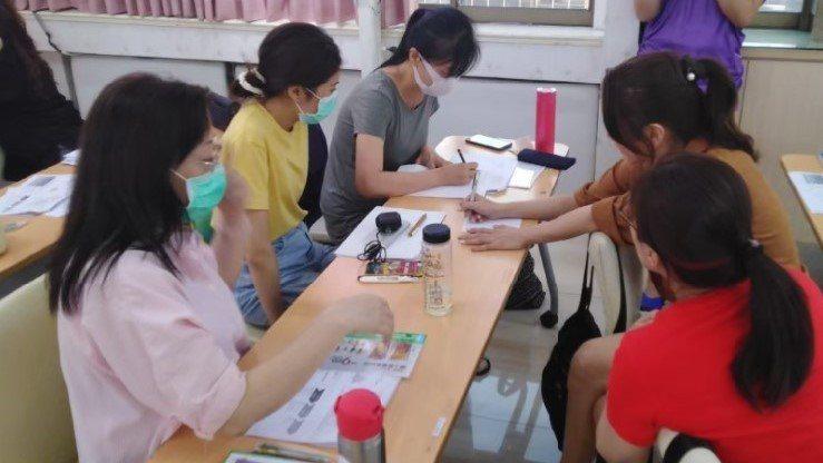 北市職能發展學院開出「美睫美容培育課程」,並將在本月9日截止報名,圖為去年的課程...