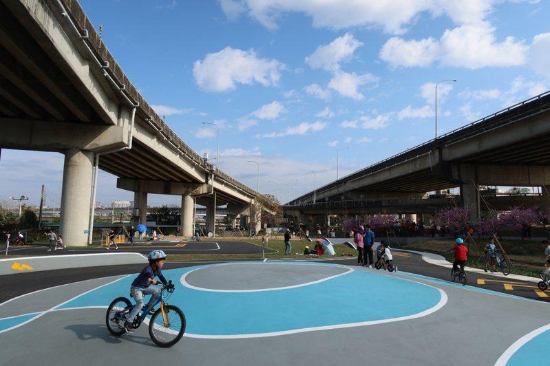 新竹市政府投入700萬元,利用東西向快速公路台68線高架橋下閒置空間,打造全新Pushbike滑輪公園,於今天啟用。圖/新竹市政府提供
