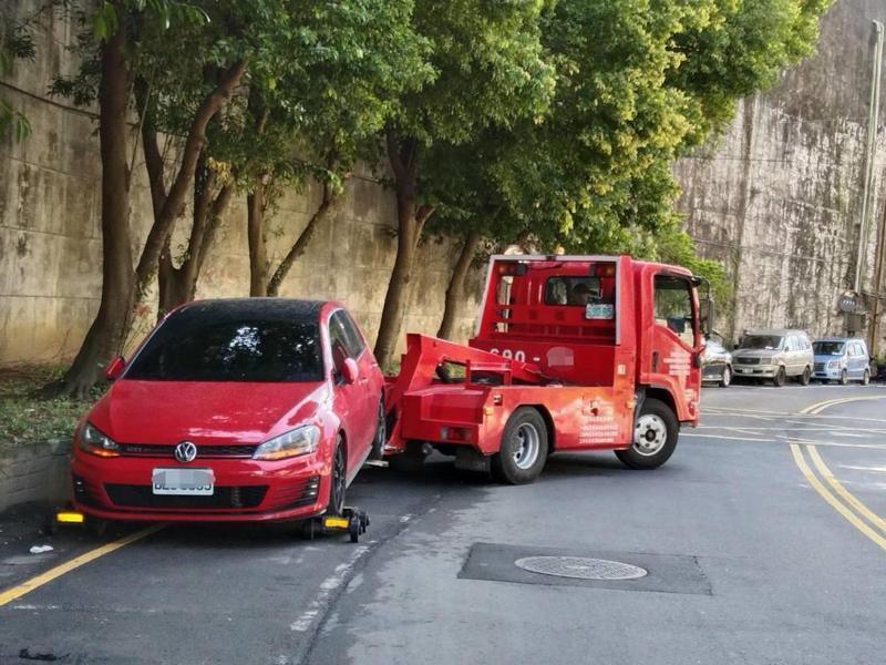 拖吊汽車時,如果違規汽車未上架或輔助輪未架設完成,且未拖離原來位置,駕駛人到達現場,員警應指揮停止拖吊。圖/聯合報系資料照片