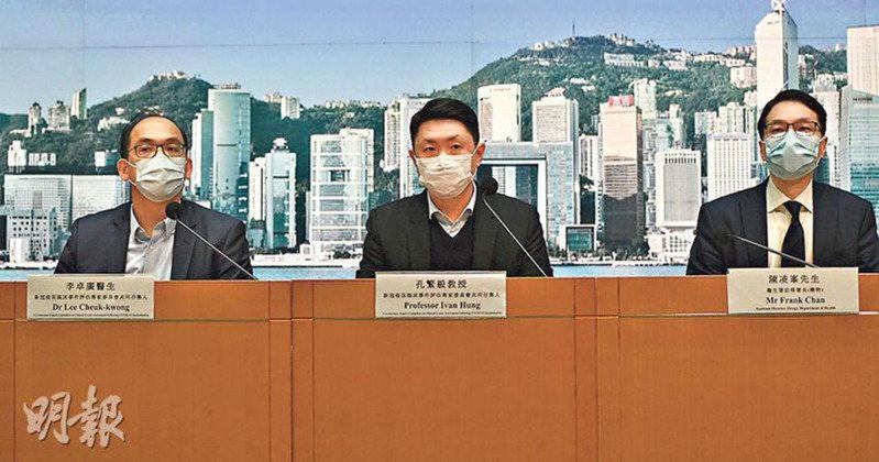 香港新冠疫苗臨床事件評估專家委員會共同召集人孔繁毅〈中〉改口,未能完全排除死因與疫苗接種是否有非直接關係。取自明報