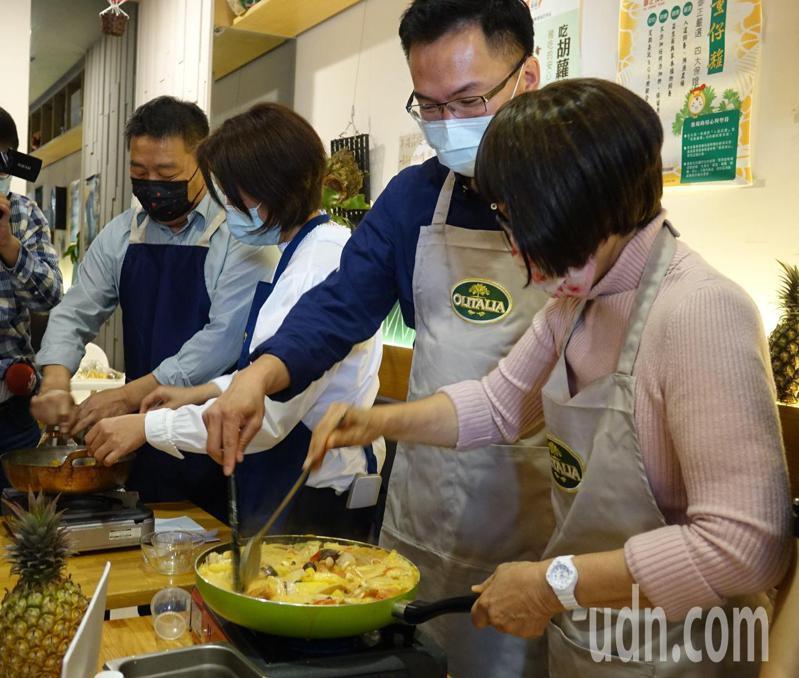 高雄市進黨議員教做鳳梨料理。右起:李喬如、林智鴻黃秋媖、江瑞鴻。記者楊濡嘉/攝影