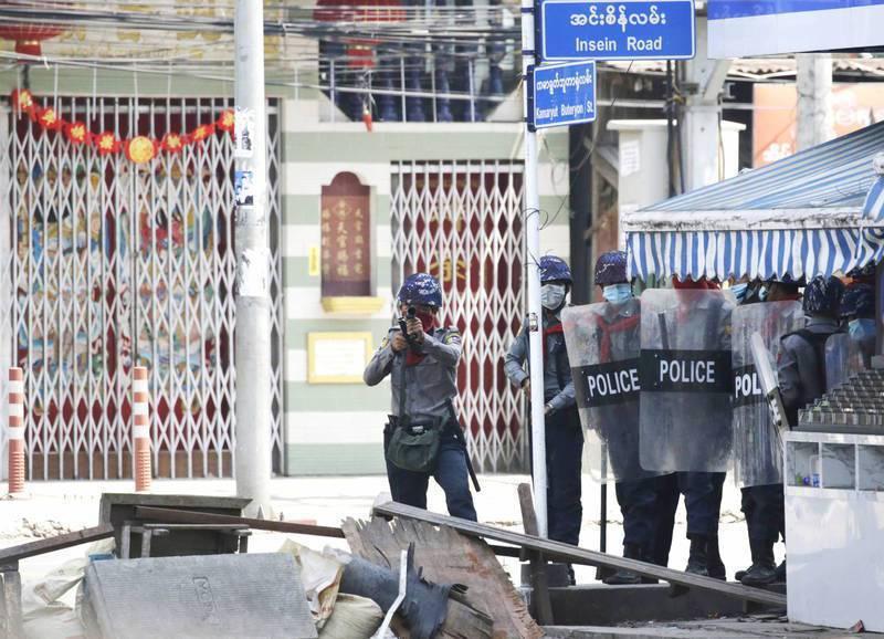 緬甸反政變示威持續,維安部隊3日對抗議者開火,造成單日共計38人喪生,聯合國緬甸事務特使稱為政變至今「最血腥的一天」,累計死亡人數已超過50人。法新社