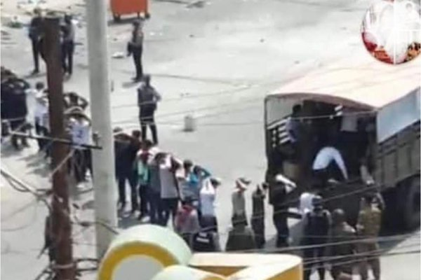 在緬甸大城仰光的安全部隊據稱逮捕約300名抗議民眾。圖/Twitter/@Ros...