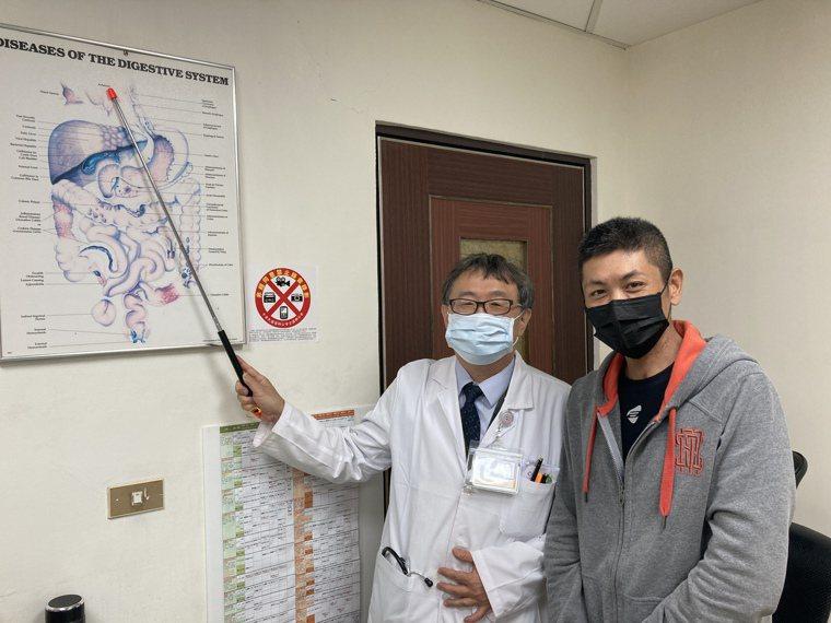 李姓病患(右)感謝南投醫院院長洪弘昌休假期間回院,幫他夾出卡在食道的鳳梨。圖/南...