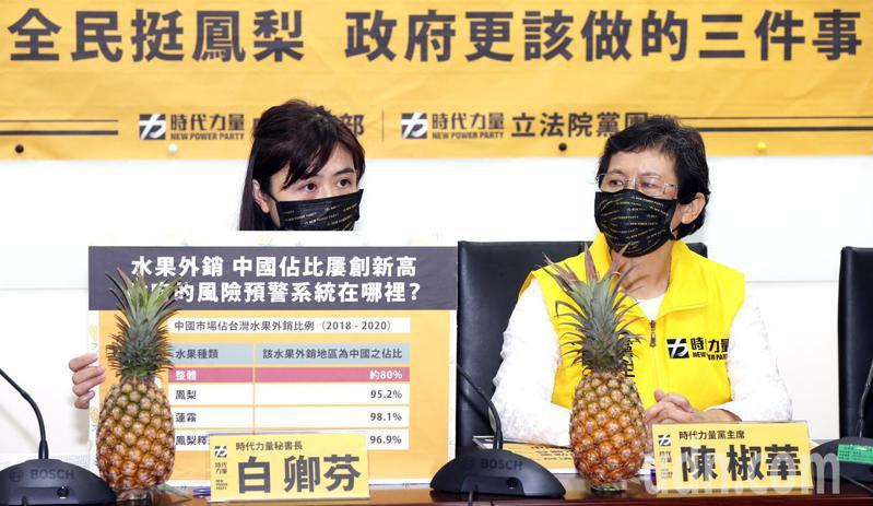 時代力量秘書長白卿芬(左)指出,農業生產失去市場自然會恐慌,為什麼預警系統會失靈?主其事者、主管機關難道不用負責任嗎?記者杜建重/攝影