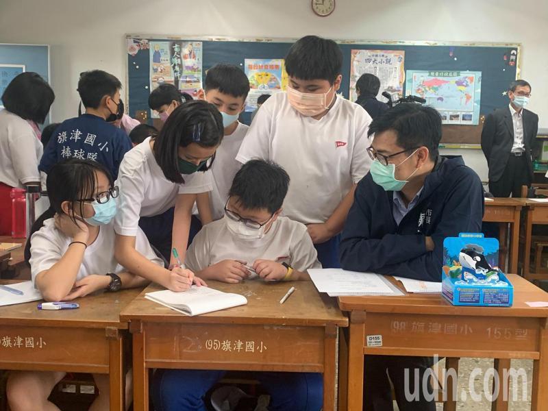高雄市長陳其邁到旗津國小,與小朋友討論海洋教育和食農教育。記者徐如宜/攝影