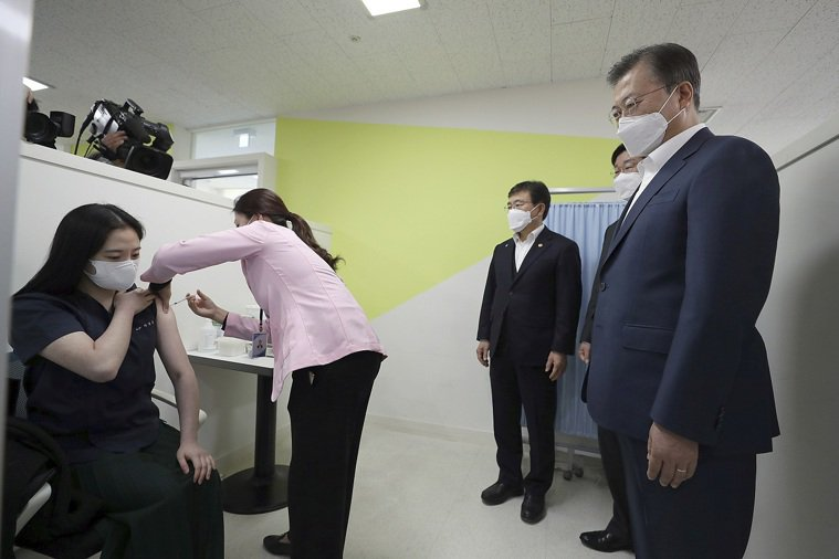 南韓總統文在寅2月26日在首爾視察一位醫師施打AZ疫苗。美聯社