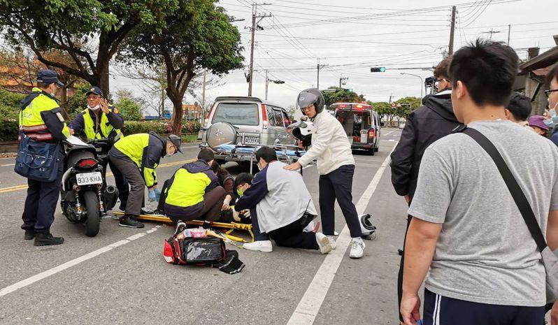 聖母護專2名大男生見車禍重傷男子,不慌不亂施予專業救護,當場很多圍觀民眾親眼目睹,大讚暖心畫面,讓人感動。圖/讀者提供