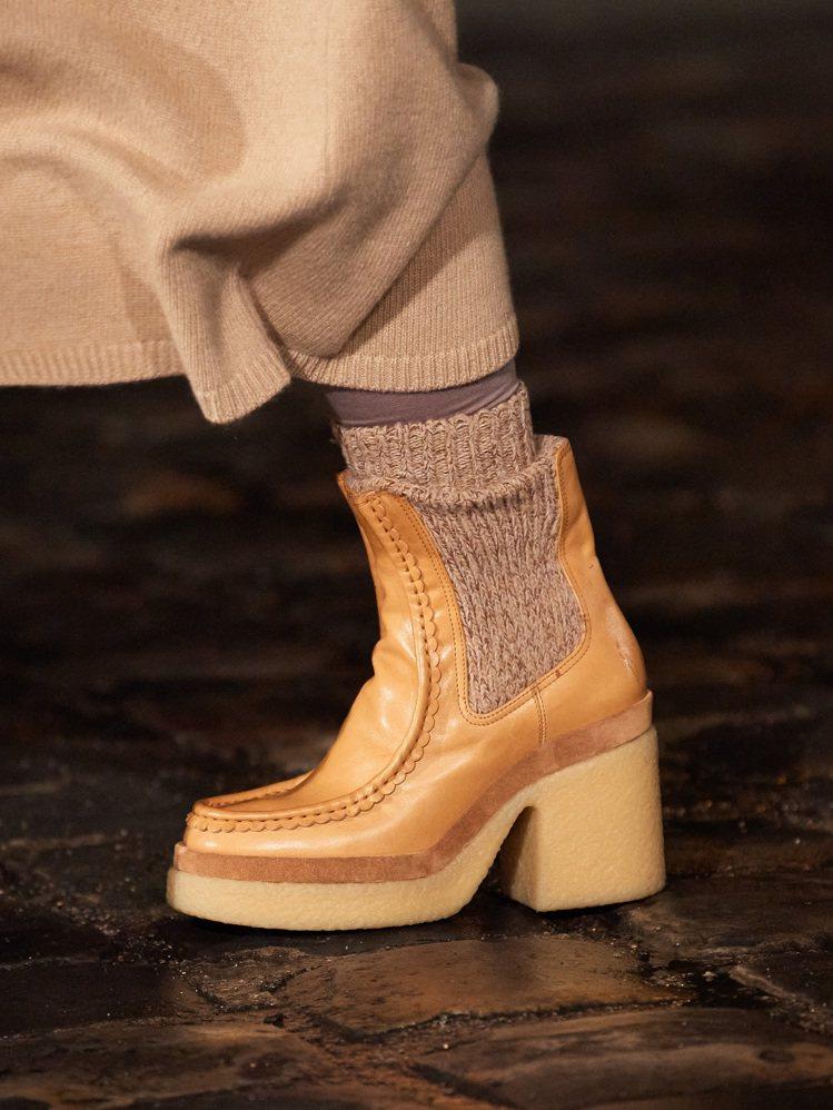 各式各樣的回收羊絨靴款搭配襪套,賦予曠野情境的率性美。圖/Chloé提供