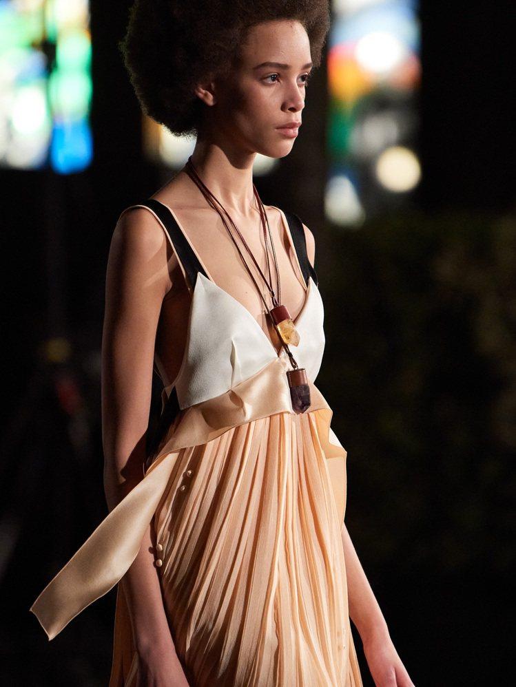 性感自然的飄逸剪裁,仍是Chloé女裝的定調風格。圖/Chloé提供