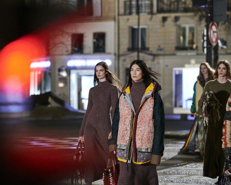 Chloé發表秋冬系列影片,夜色中的Chloé女孩們展現以環保為核心概念的時裝。...