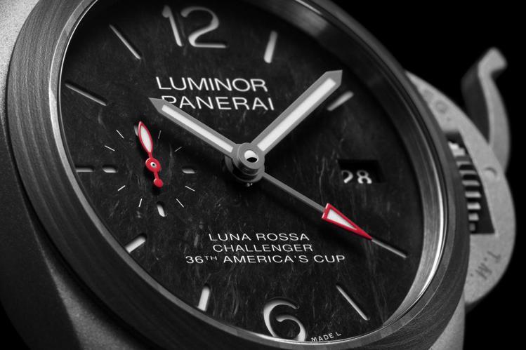 PANERAI LUMINOR LUNA ROSSA GMT兩地時間腕表的表面,...