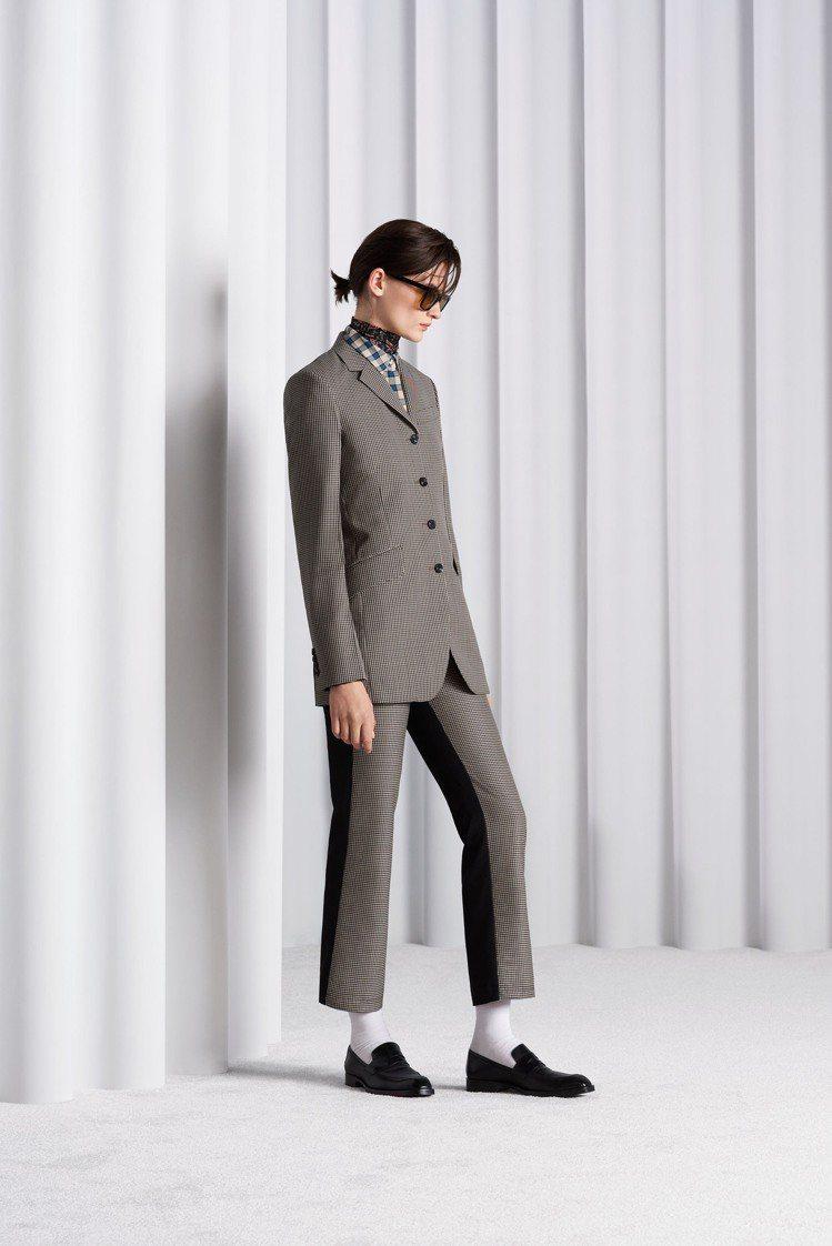 參考1970年代的服裝風格創作出的四釦西裝,在剛硬的外觀下保留柔和的女性風采。圖...