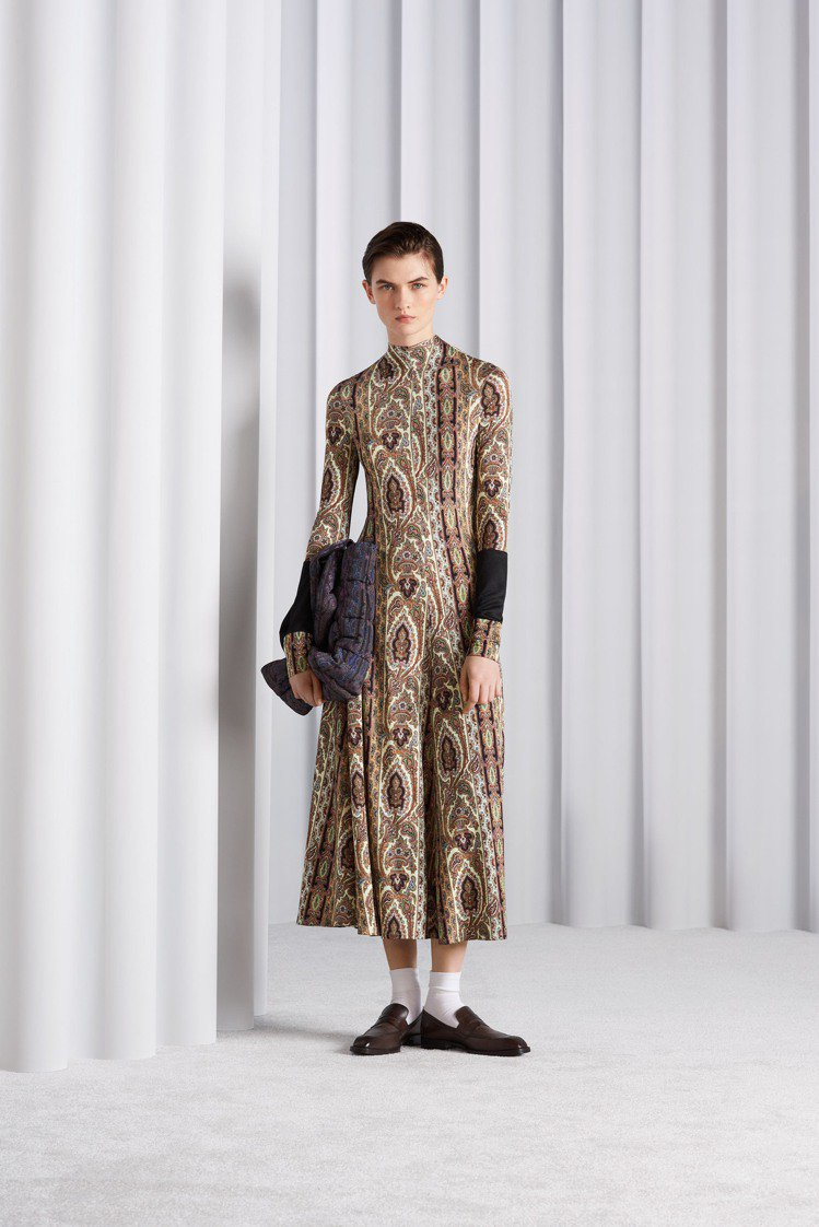 極具現代感的佩斯利變形蟲圖騰,被運用在合身長洋裝、套頭針織衫以及一系列托特袋與肩...