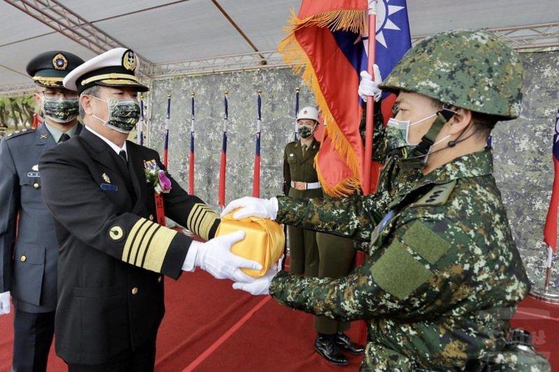 參謀總長黄曙光昨日主持步兵109旅編成典禮,為編成單位授旗、授印。圖/軍聞社