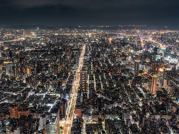 台北101觀景台夜景光之倒影。圖/台北101提供