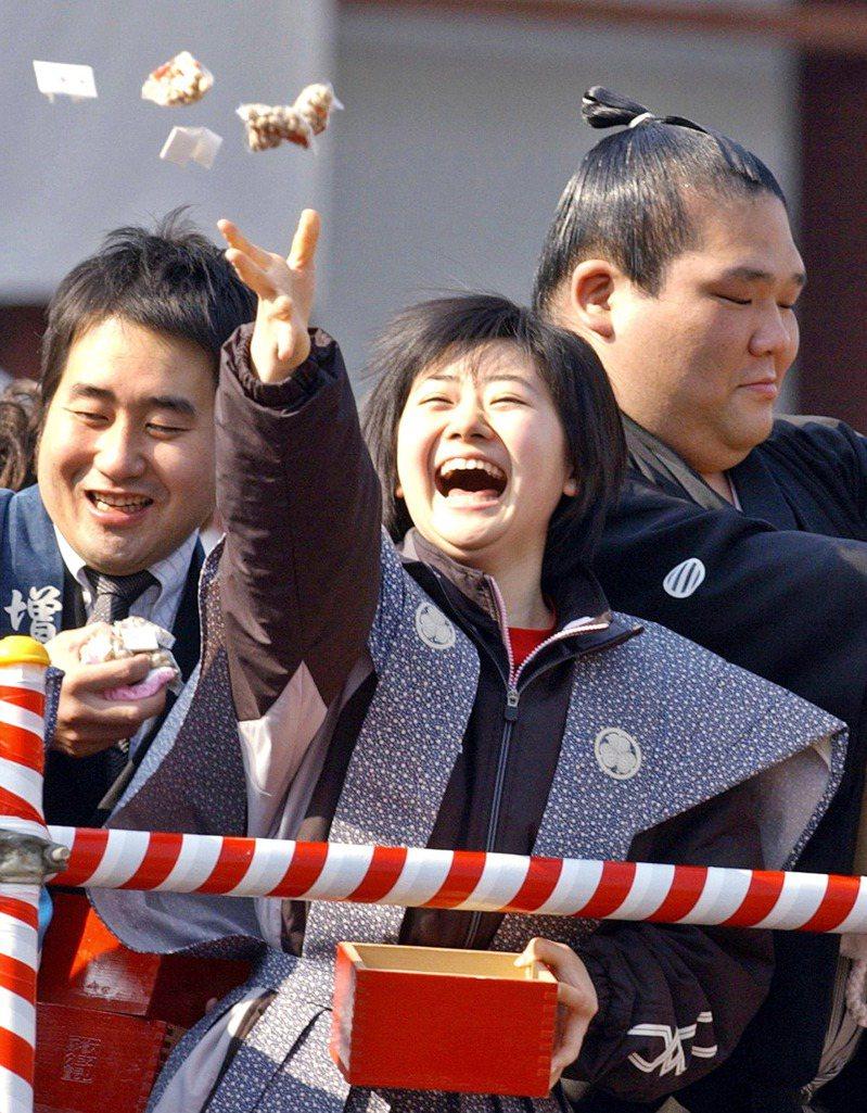 福原愛(中)是日本人心目中的國民女兒。圖為18歲的福原愛參加撒豆傳統活動。法新社
