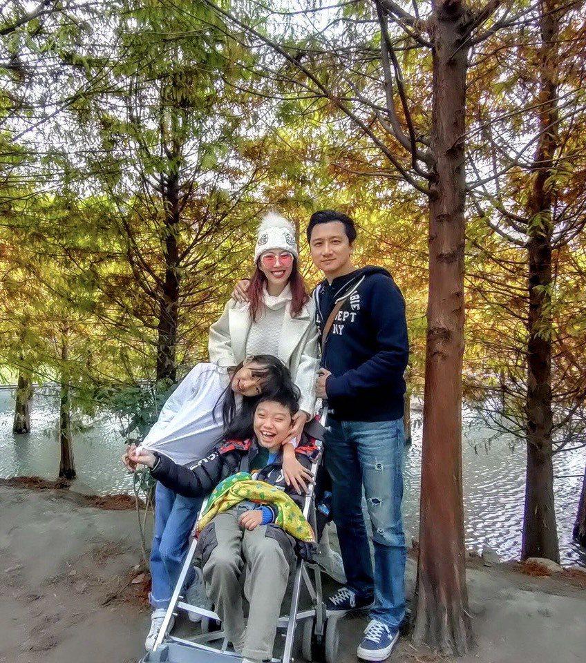 李宇柔和老公帶著兒子、女兒出遊。圖/李宇柔提供