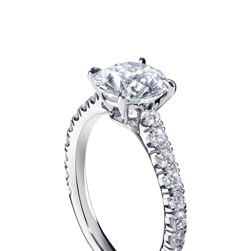 Solitaire 1895 單鑽婚戒,以爪鑲方式放大鑽石光芒。圖/cartie...
