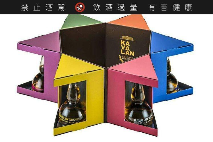 噶瑪蘭蒸餾器瓶禮盒,除5酒款外,再多一款酒堡珍藏煙燻泥煤桶酒款。圖/摘自酒國聯軍...