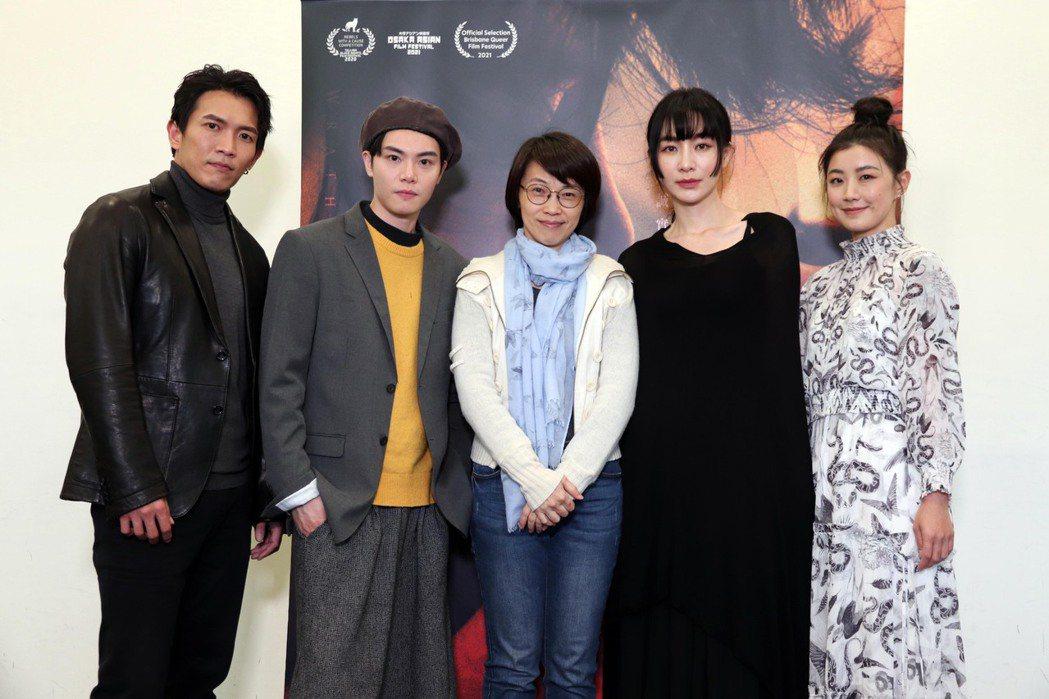 「愛・殺」導演周美玲(中)率黃尚禾(左起)、徐宇霆、陽靚、翁嘉薇出席媒體試片。圖