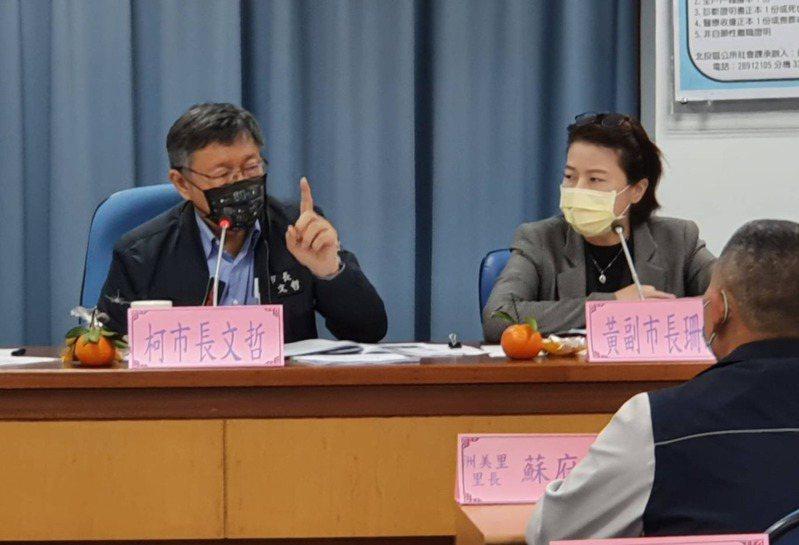台北市長柯文哲(左)昨與北投區里長進行市政座談會,有35位里長共同提案,要求柯市府加速開發關渡平原。記者楊正海/攝影
