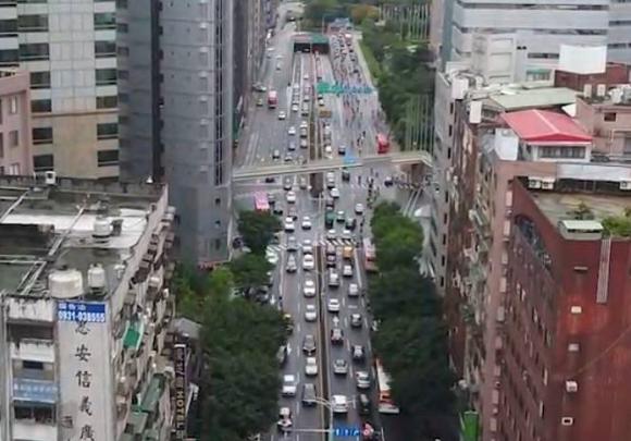 北市2019年起推動「智慧號誌4年計畫」,內科、南軟及基隆路等周邊主路口設置AI感測號誌,只要車流大,路口會延長綠燈秒數。圖/北市交通局交工處提供