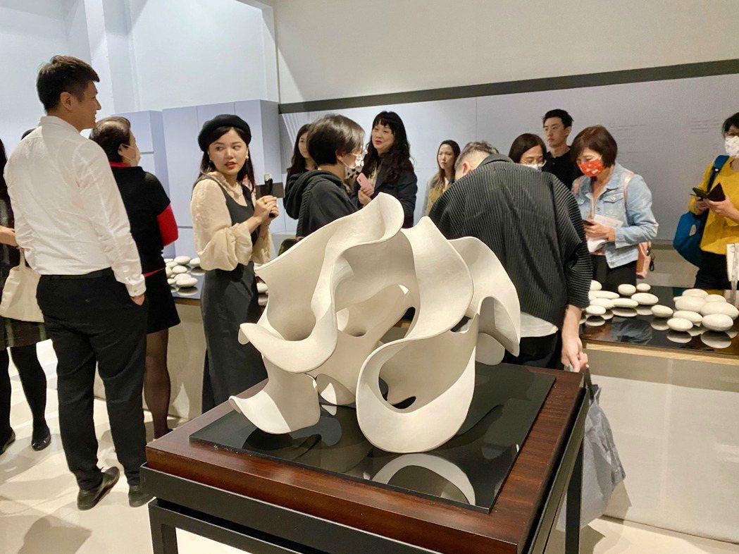 藝術亮點「姿態」,白瓷土浪漫的弧度,展現優雅和動感澎湃的心。記者宋健生/攝影