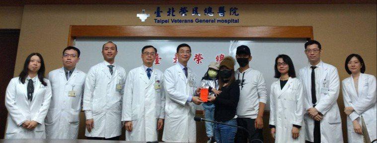 北榮「經鼻內視鏡手術團隊」以不需開顱、微創鼻內視鏡手術,成功為36歲的翁小姐(中...
