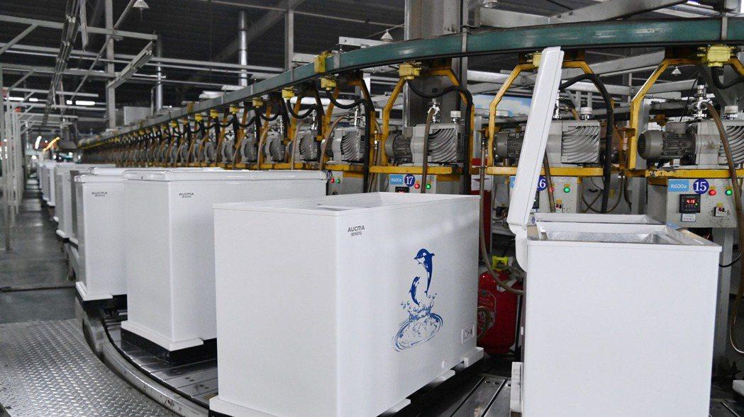 原材料大漲效應,大陸家電產品漲價5%至15%不等。圖為河南某冰箱工廠。(新華社)