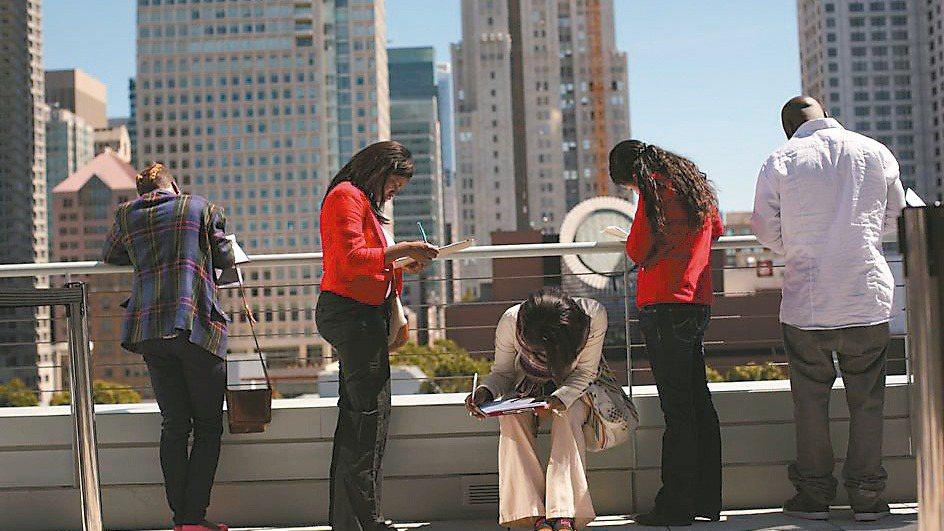 美國上周首次申請失業救濟金人數小幅增加,凸顯新冠肺炎疫情仍在阻礙勞動市場復甦。(...