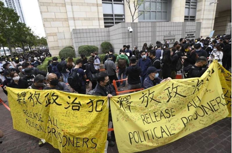 香港警方日前以「串謀顛覆國家政權罪」起訴47名香港民主派人士,4日晚間,香港法院批准15名被告保釋申請,但所有人仍需繼續還押。(圖/取自立場新聞)