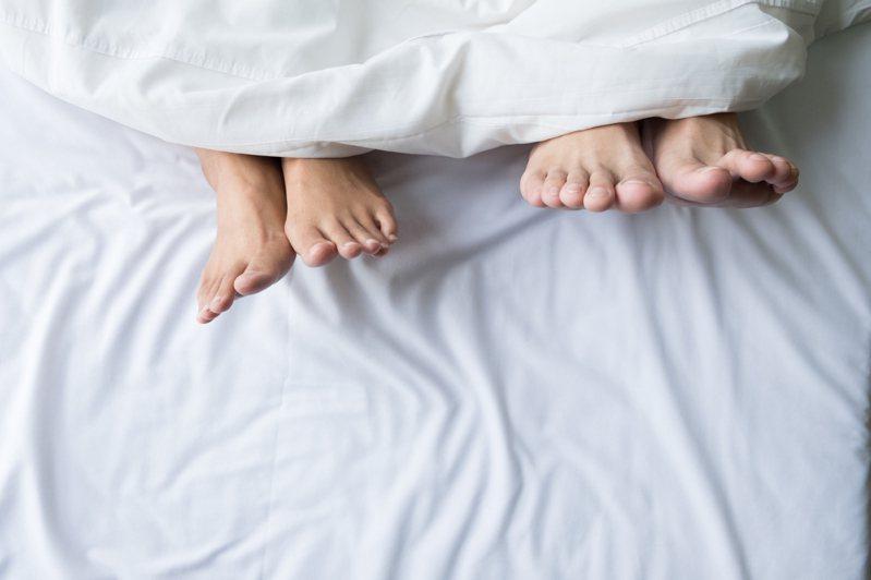 男女單獨過夜真的可能不發生關係?問題一出讓網友掀起論戰。示意圖/ingimage