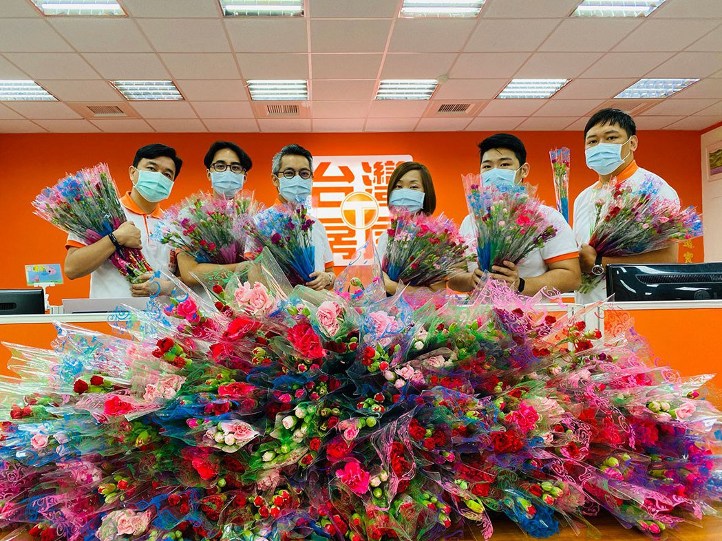 去年全球疫情期間,台灣花卉外銷訂單銳減,台灣房屋亦買下5萬束康乃馨,幫助花農渡過...