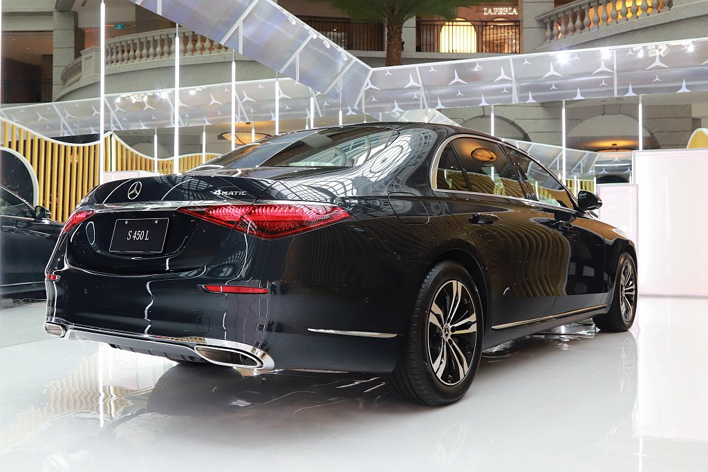 全新賓士S-Class為降低風阻採用隱藏式車門把手設計,車尾也導入全新高識別性雙...