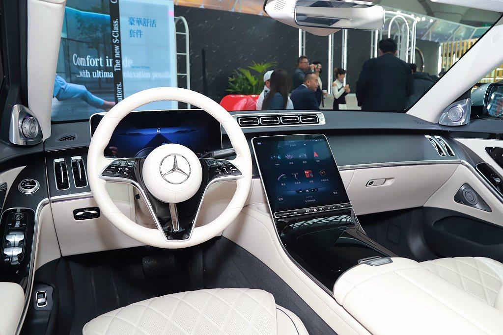 全新賓士S-Class中控台以12.8吋OLED高解析度觸控螢幕優雅地懸浮於中控...
