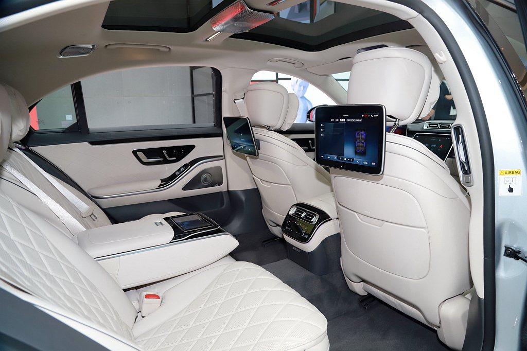 全新賓士S-Class特別針對後座開發新一代MBUX多媒體系統,提供後座觸控面板...