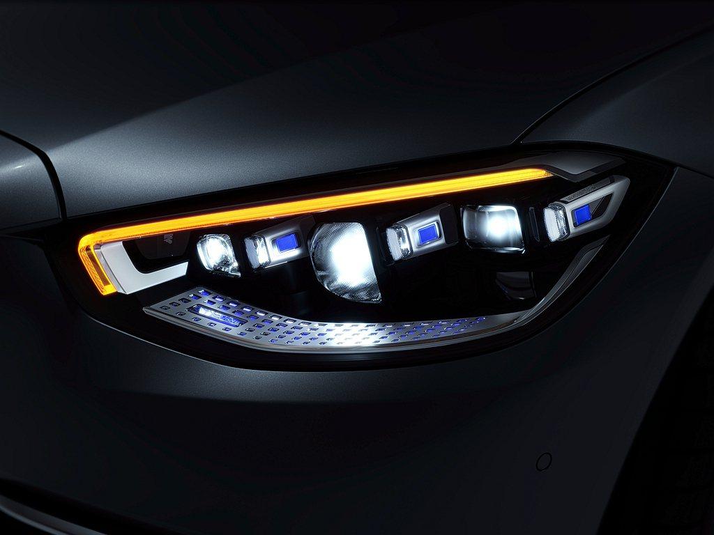 DIGITAL LIGHT多光束智慧型數位頭燈,透過130萬個微小鏡面,創造出解...