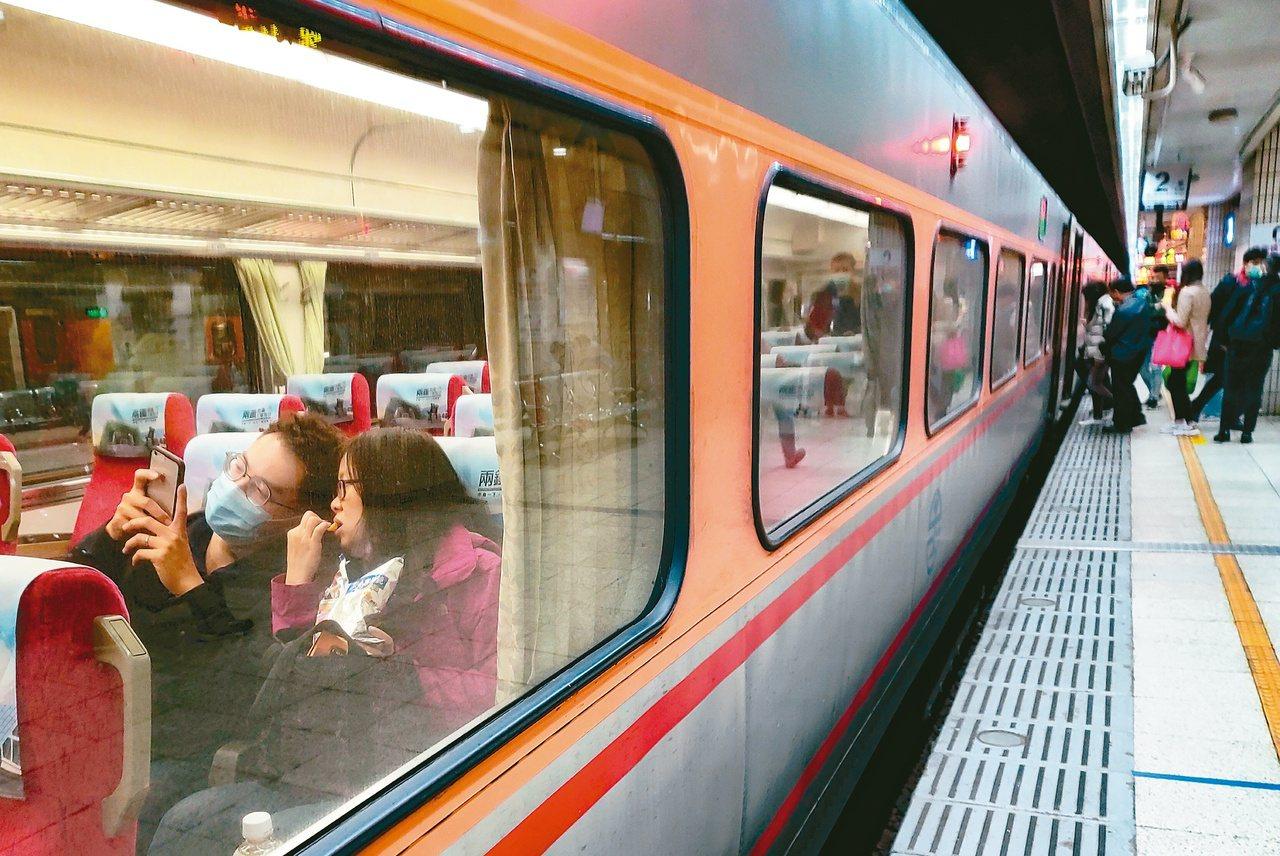 三月二日起放寬在高鐵、台鐵飲食限制,並恢復高鐵自由座、取消台鐵站票限制。 圖/報...