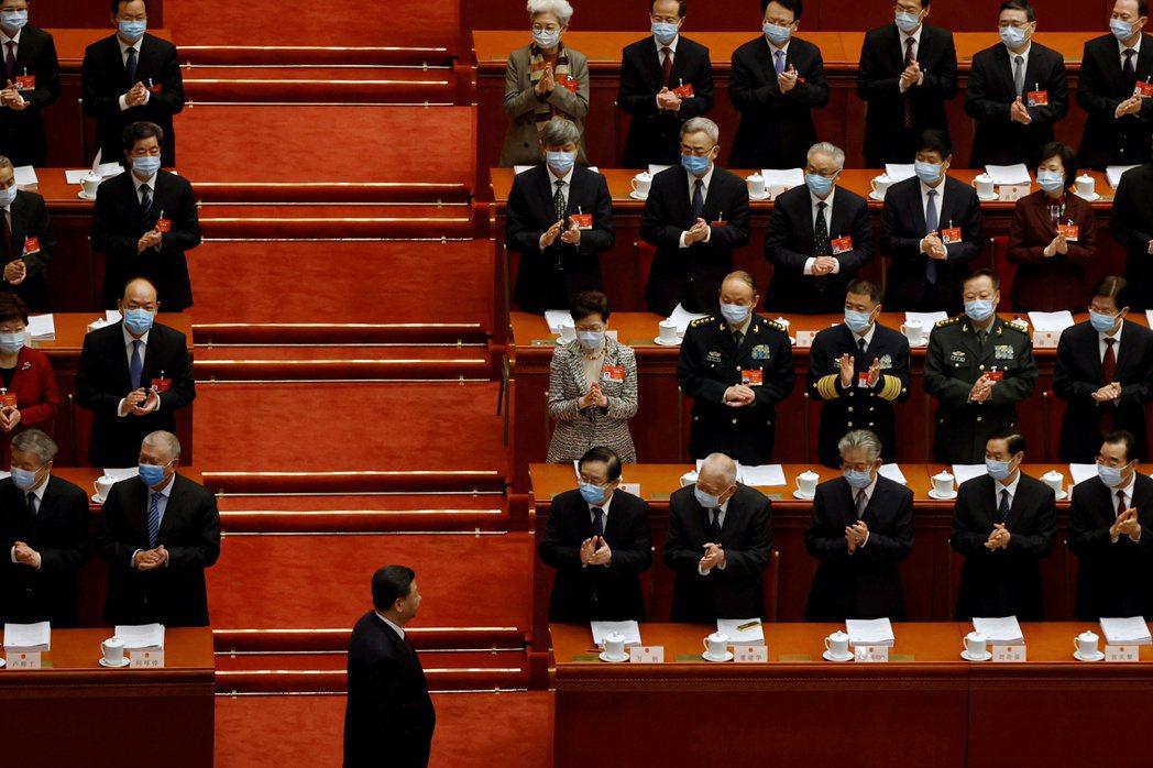 5日人大開幕,習近平抵達時,香港行政長官林鄭月娥鼓掌。 圖/路透社