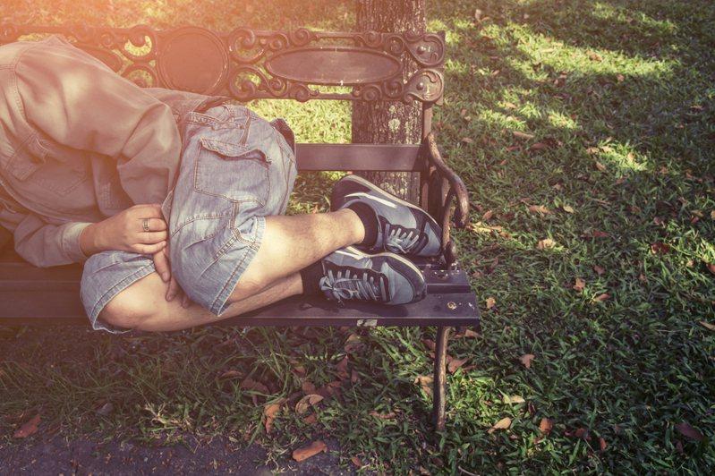 大加納利群島(Gran Canaria)有一名36歲女子日前問暖4名睡在公園裡的流浪漢,沒想到竟遭「集體性侵」。示意圖/ingimage
